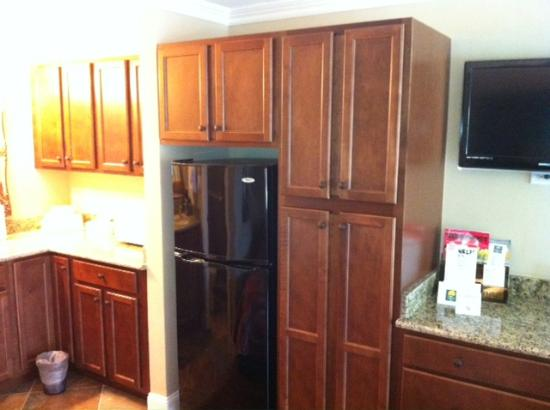 Gulfcoast Inn Naples: Full Size refrigerator and cabintets in 236, 237 and 109