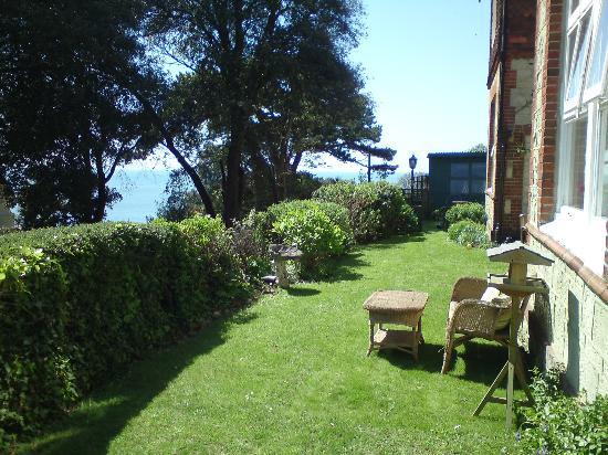 Cornerways Ventnor: Front garden