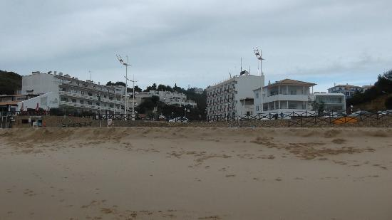 Hotel Residencial Salema: Hotel Salema viewed from the beach