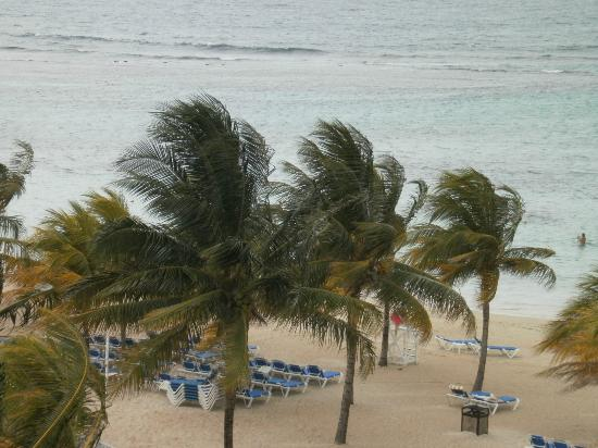 Hotel Riu Ocho Rios: View from Balcony of the Beach