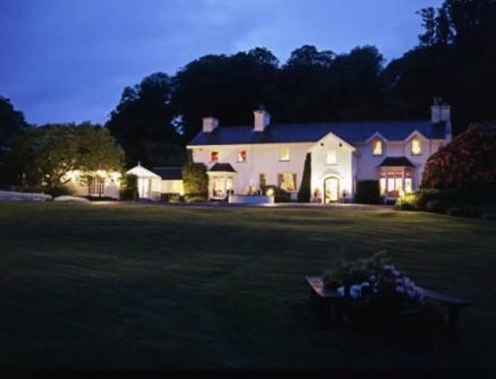 Ynyshir Restaurant and Rooms: Arriving by night at Ynyshir Hall
