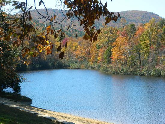Lawsonville, Carolina del Norte: Hanging Rock State Park even has a lake.