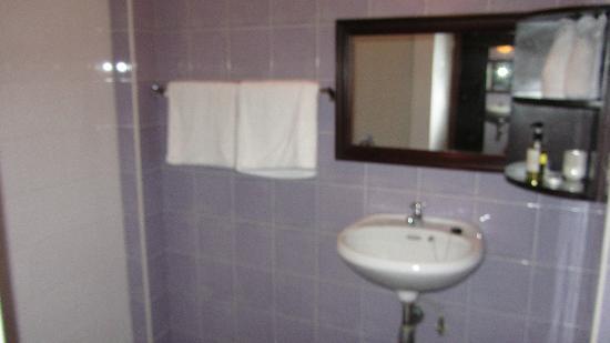 Hotel Khamvongsa: bath