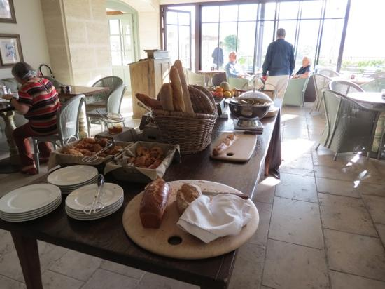 Hotel Crillon le Brave: breakfast buffet in the terrace room.