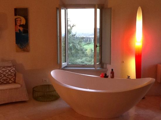 Villa Siena House: oh..how I miss my bath..with a view to die for!