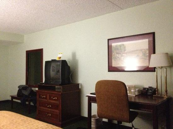 Clarion Highlander Hotel and Conference Center: TV, desk