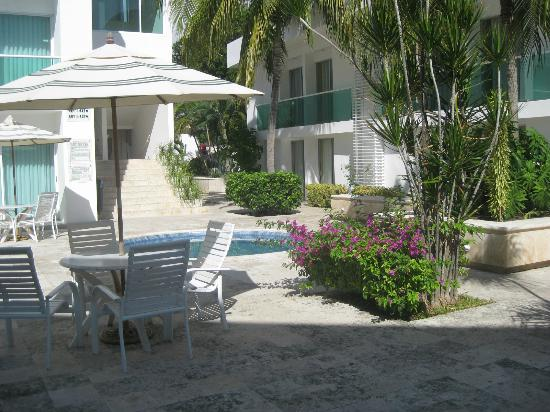 Hotel Los Cocos: Patio area