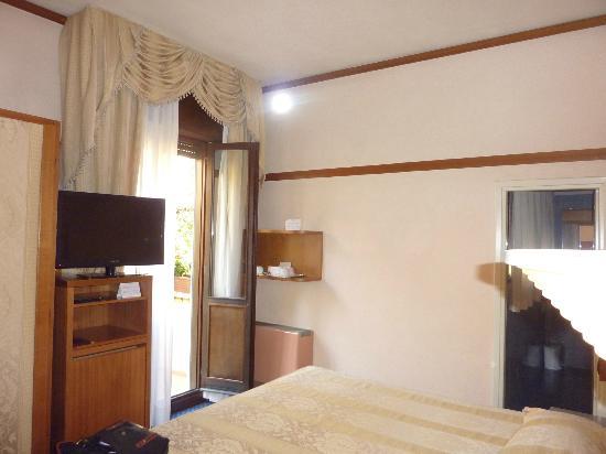 โรงแรมลาเรซิเดนซา: Large room, flat screen TV