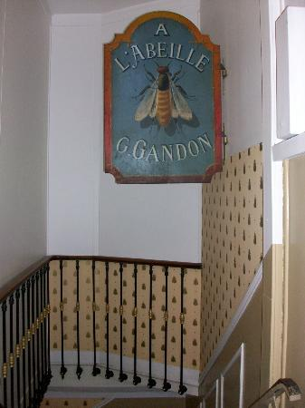 Hotel de l'Abeille: Top of first flight of the stairs