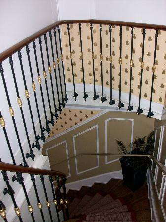 Hotel de l'Abeille: The beautiful but steep staircase