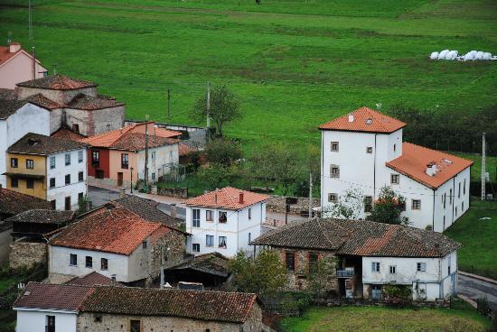 Hotel Torre de Tuña: Situation de l'hôtel à l'entrée du village de Tuna