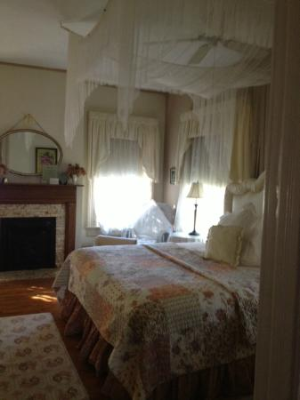 Taylor House Inn: Spacious, lovely rooms