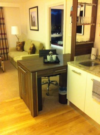 Staybridge Suites London-Stratford City: kitchen and lounge