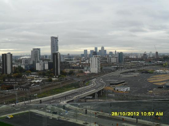 Staybridge Suites London-Stratford City: Restaurant view