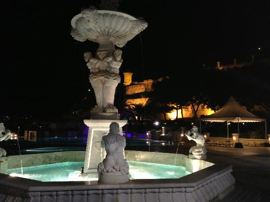 Excelsior Grand Hotel: Plaza fountain