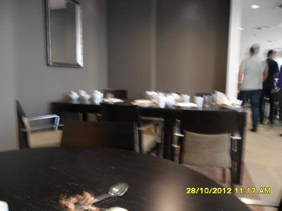Staybridge Suites London-Stratford City: Tables that wernt cleared