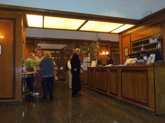 Bettoja Massimo D'Azeglio Hotel : Reception Desk