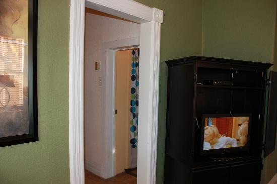 Hotel San Ayre by Bud+Breakfast: Looking towards bathroom from living area