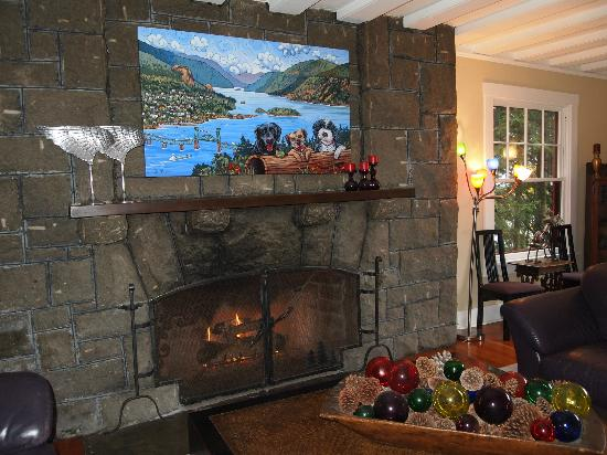 Lakecliff Bed and Breakfast: Living room fireplace (with the B&B pups' portrait above the mantle)