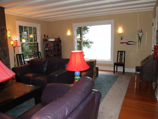 Lakecliff Bed and Breakfast: Living room with a view