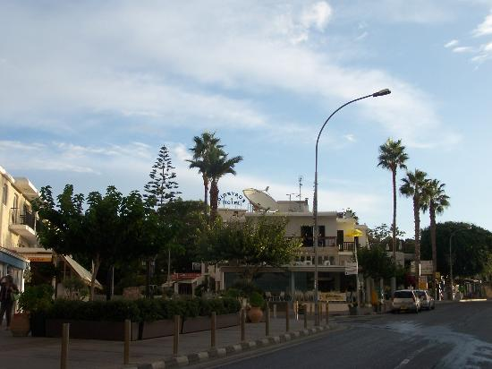Dionysos Central: Vista Hotel dalla strada principale