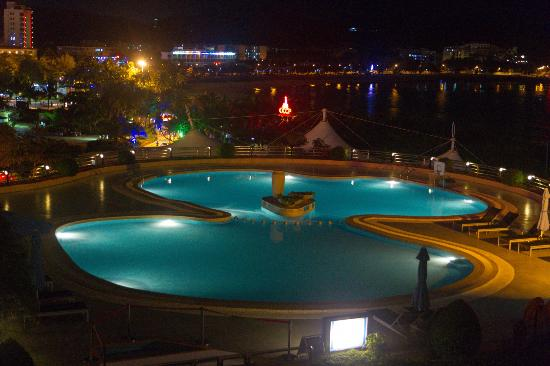 Sanya Pearl River Garden Hotel: Swimmong pool at night