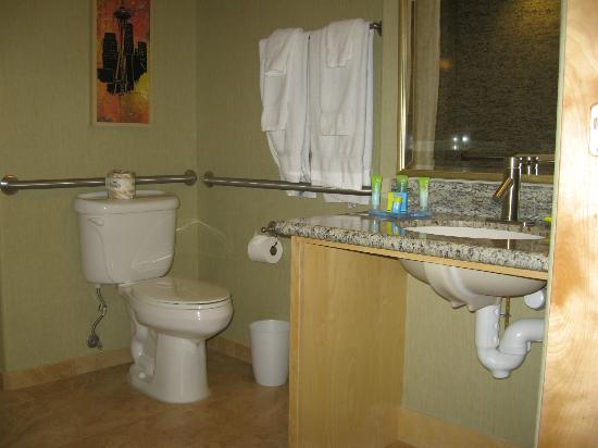 Radisson Hotel Yuma: Toilet and sink area