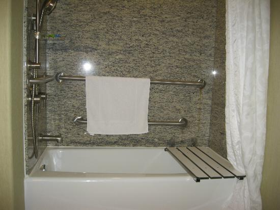 Radisson Hotel Yuma: Bathtub with seat