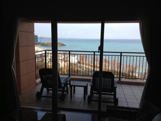 Kafuu Resort Fuchaku Condo Hotel: 室内から外の眺め。全室オーシャンビューですね。
