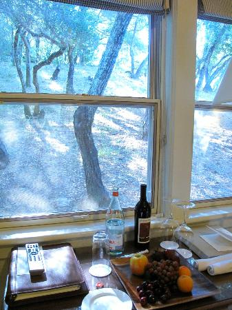 Meadowood Napa Valley: Hillside room, with such view? Nice to have fruit and wine in room