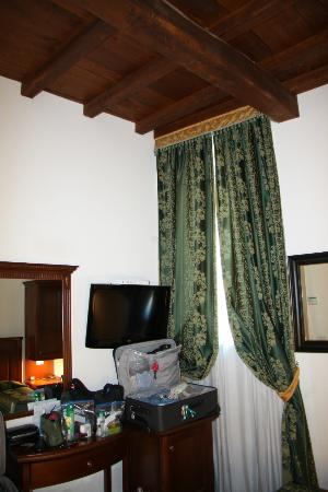 Maison Giulia: No room for luggage, but the room is very nice.