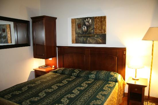 Maison Giulia: Nice furniture, nice bed but ... no hot water, no soundproofing