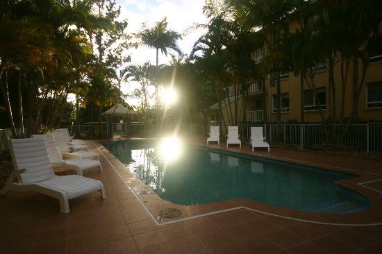 Bay Lodge Apartments: Pool at dusk