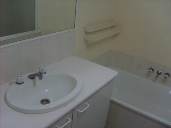 Bay Lodge Apartments: Bathroom