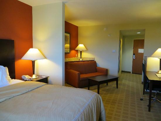 Comfort Suites Vero Beach : Looking back to sitting area