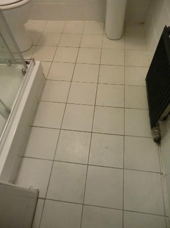 Globetrotters Tourist Hostel: right after housekeeping floor still dirty