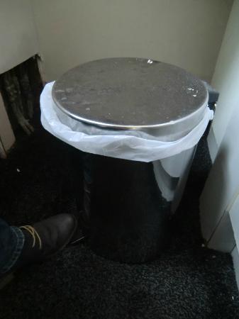 Globetrotters Tourist Hostel: broken pedal bin