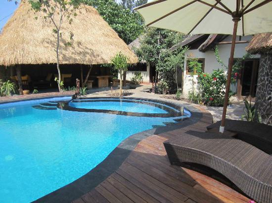 Gili Hideaway: New Umbrella Bungalows pool and dining & lounge area