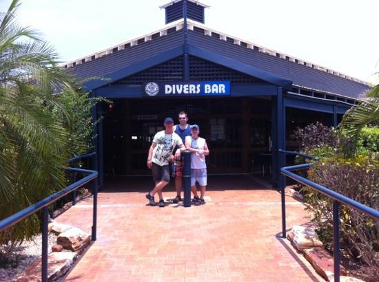 Divers Tavern Beach Bar: lunch time divers bar