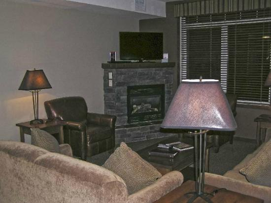 Falcon Crest Lodge: Living room has gas fireplace on a timer