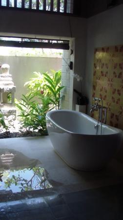 Sudamala Suites & Villas: The beautiful outdoor bath..