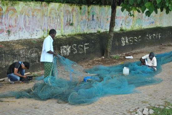 Green House Home Stay: Fishermen mending nets