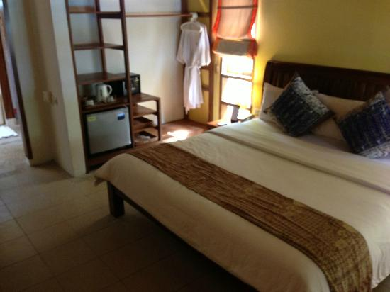 Cocotinos Manado: bedroom with safe, fridge, shelves
