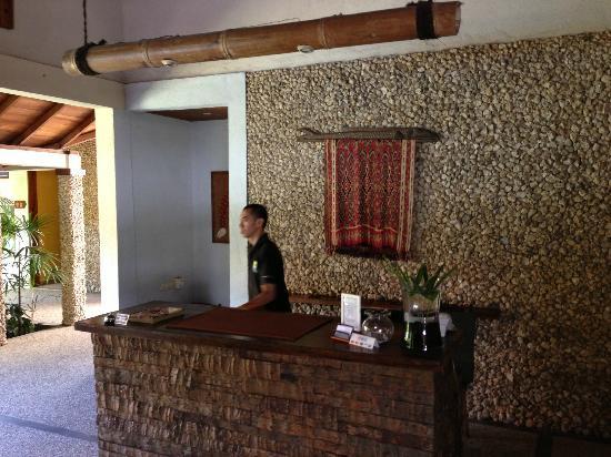 Cocotinos Manado: front desk