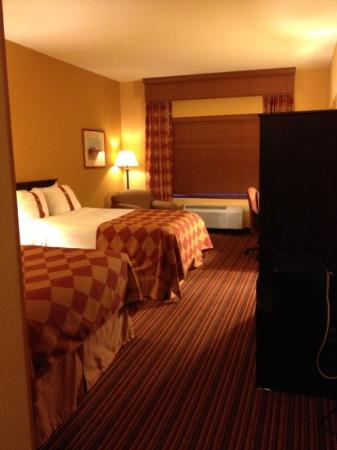 Holiday Inn Houston Intercontinental Airport: 2 beds. good size but with old armoire