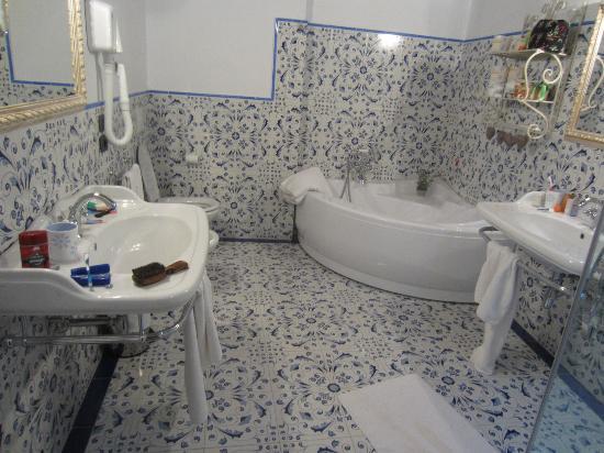 Sant' Antonio: Beautiful two-sink bathroom