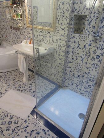 Sant' Antonio: Fully enclosed walk in shower