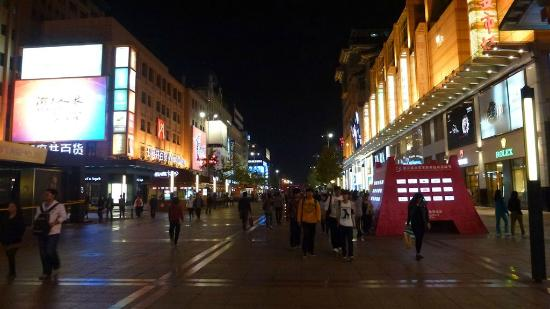 Crowne Plaza Beijing Wangfujing: Wangfujing Shopping Street at night