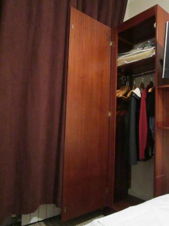 Arosfa Hotel: Rm 12__Mini Armoire