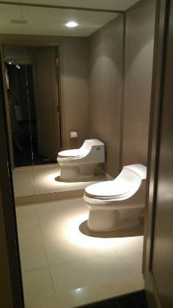 MGM Grand Detroit: Bathroom when you first walk into room.